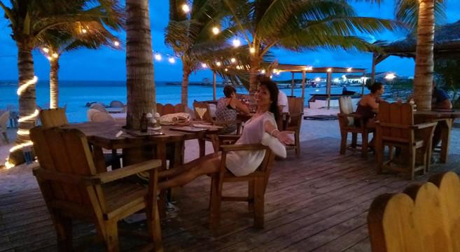 タークス・カイコス諸島で、ホラ貝やスナッパーなど海の幸に舌鼓 | My ...